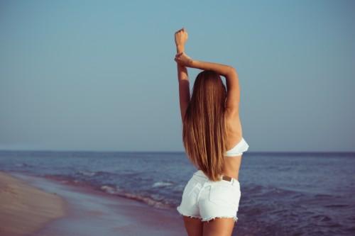 海を眺める神の長い女性